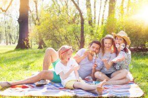 Picknickdecke für die ganze Familie - Familienausflug mit Kindern